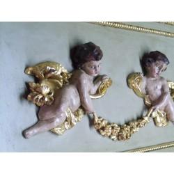 Decoración de ángeles sobre un  de espejos de chimenea