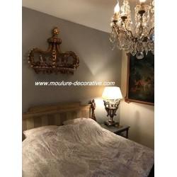 Ciel de lit demi couronne accroché dans une chambre